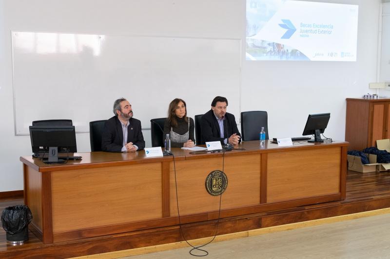 La conselleira de Educación, el secretario xeral da Emigración y el vicerrector de la USC inauguraron la jornada que tiene lugar hoy en la Universidad de Santiago de Compostela
