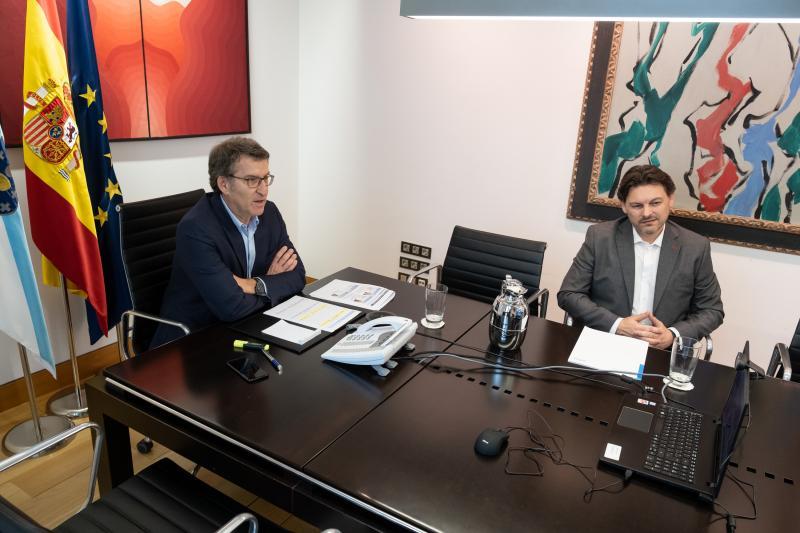 O presidente da Xunta e o secretario xeral da Emigración, durante o encontro celebrado esta tarde