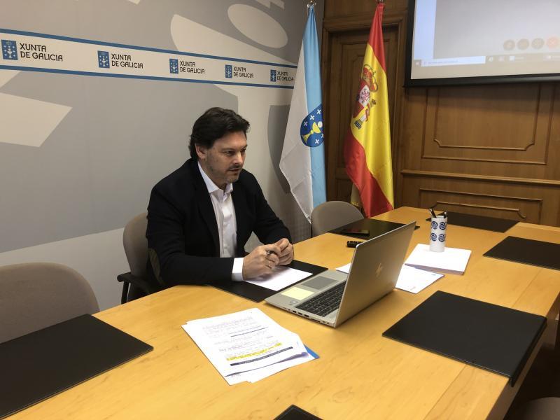 El secretario xeral da Emigración, en la sede de la SXE en Santiago de Compostela, durante una de las videoconferencias
