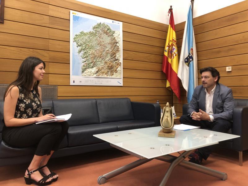 El secretario xeral da Emigración y la representante de Jóvenes Emigrantes en Galicia, en la reunión celebrada en la sede de la SXE en Compostela