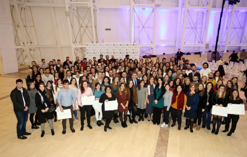 El presidente de la Xunta de Galicia, con los becarios y becarias de la promoción 2019-2020
