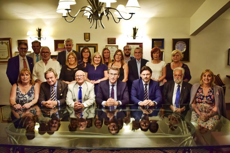 Na foto de arquivo, o presidente de Xunta de Galicia, Alberto Núñez Feijóo, cos presidentes e presidentas de entidades galegas no Uruguai