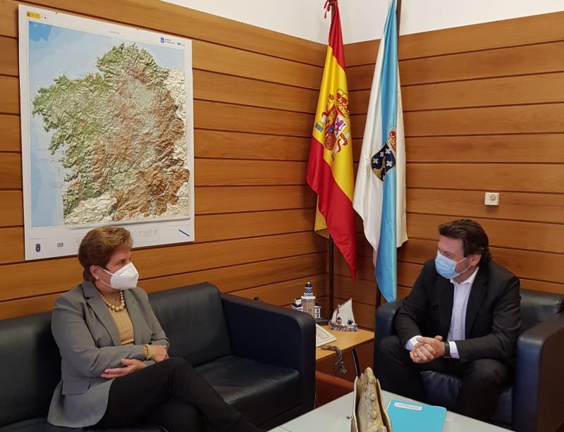 Antonio Rodríguez  Miranda e Regina Jallas, durante o encontro celebrado na sede da SXE en Santiago de Compostela