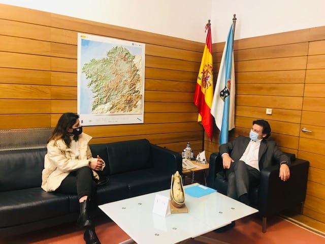 Imaxe da visita dos dous bolseiros BEME á sede da Secretaría Xeral da Emigración en Santiago de Compostela