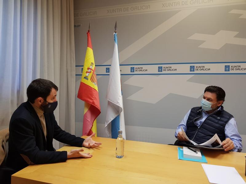 Na imaxe, o secretario xeral da Emigración e o director do Centro Dramático Galego