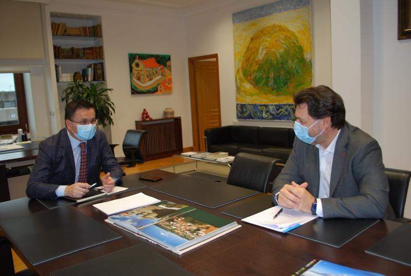 José González y Antonio Rodríguez Miranda, durante la reunión que tuvo lugar esta mañana en la capital de Galicia