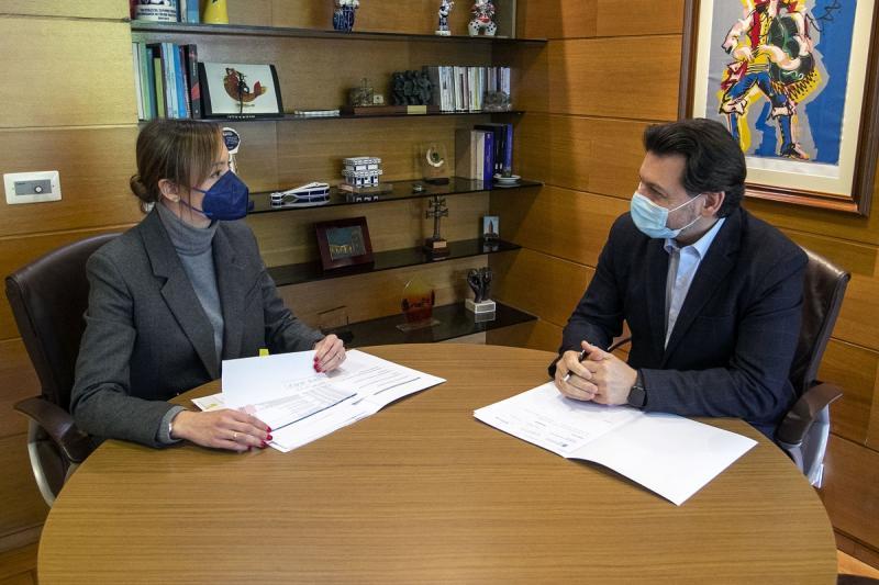 La conselleira de Política Social y el secretario xeral da Emigración, durante la reunión celebrada hoy en la capital de Galicia