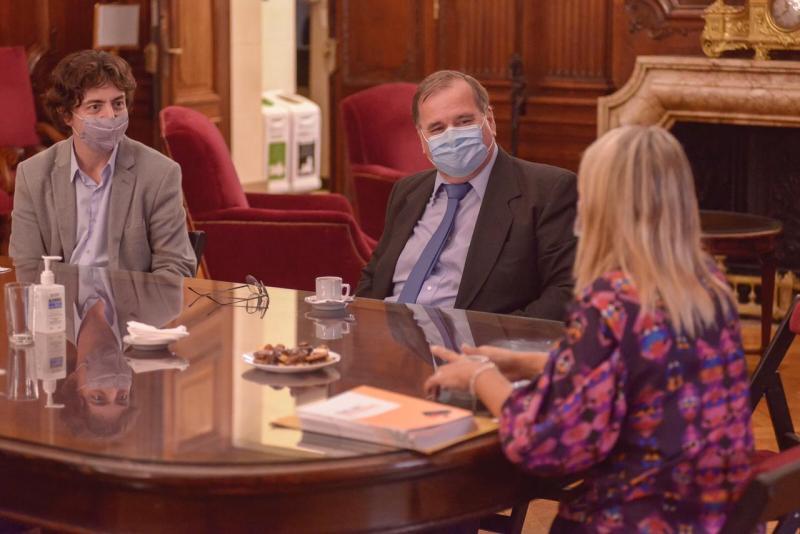 Imaxe da entrega do recoñecemento á entidade dezana na capital arxentina