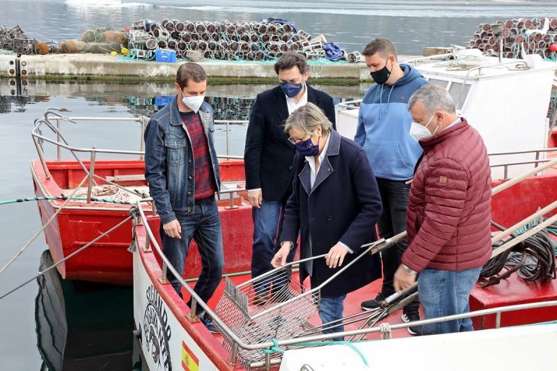 Imaxe da visita desta mañá da conselleira do Mar e o secretario xeral da Emigración a Muros