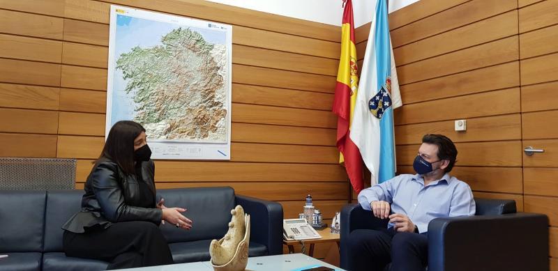 O secretario xeral da Emigración e a presidenta do Centro Galego de Vitoria, durante a reunión na sede da SXE