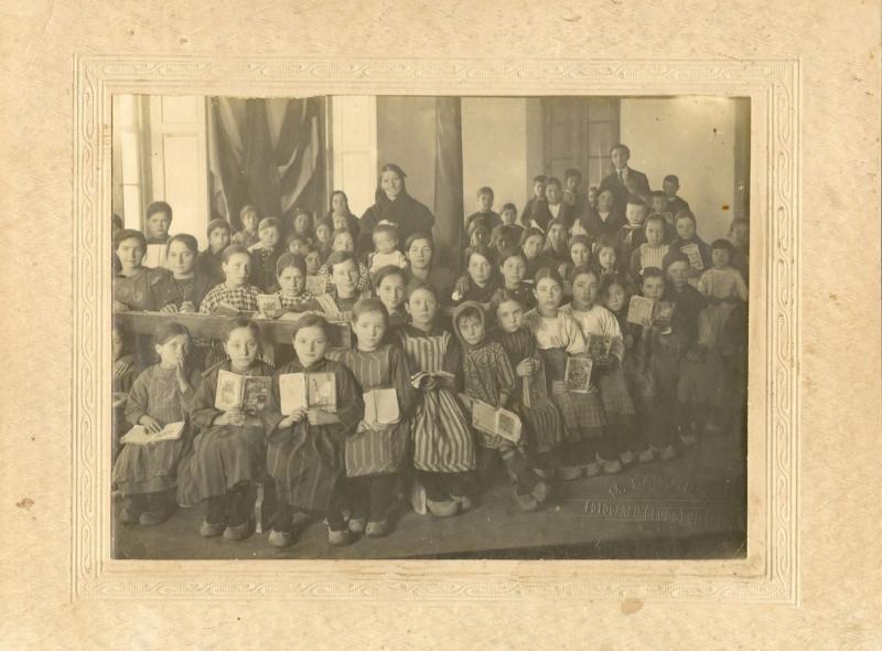 Alumnas y alumnos del colegio de la Liga Santaballesa de La Habana en Vilalba, 1922