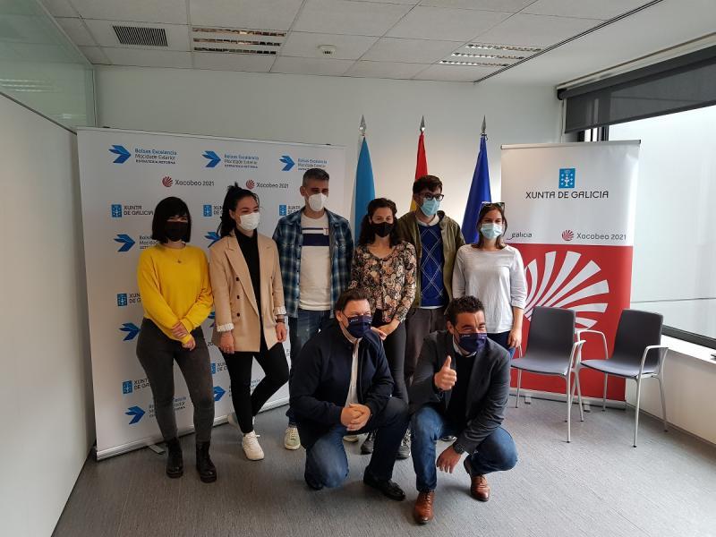 El secretario xeral da Emigración y el delegado de la Xunta en Pontevedra, con las y los becarios BEME del campus de la ciudad del Lérez