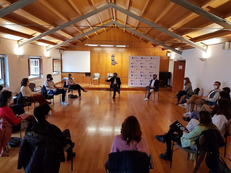 El secretario xeral da Emigración, en uno de los encuentros con los becarios y becarias BEME que están cursando un máster en las universidades gallegas