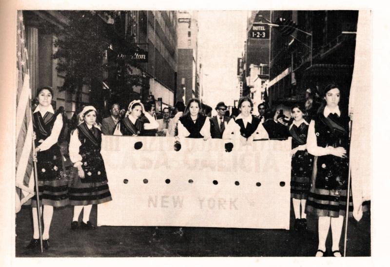 Socias da Casa de Galicia - Unidad Gallega de Nova York, desfilando pola Quinta Avenida (1972)