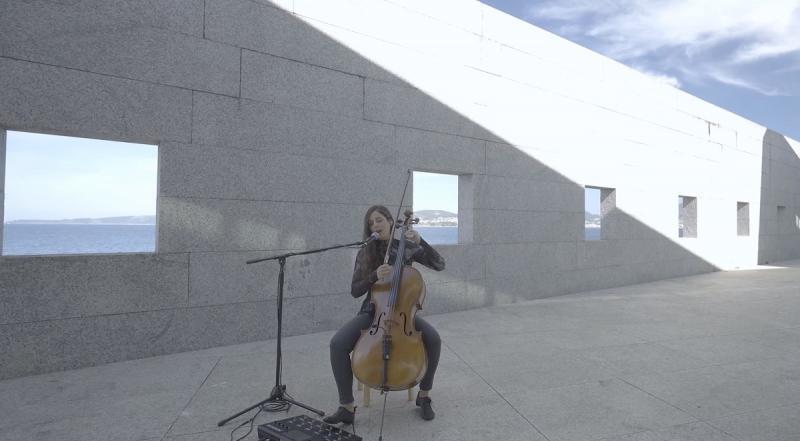 La violenchelista viguesa Margarita Marino le pone música y voz a los versos de Xela Arias 'Tigres coma cabalos'