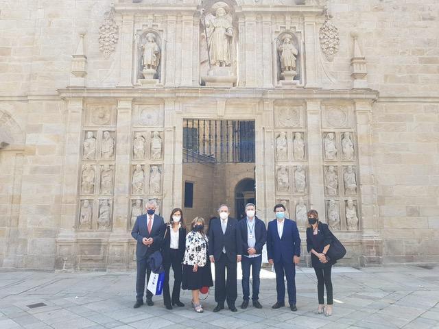 Imaxe da visita, diante da Porta Santa da basílica compostelá