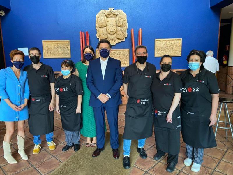 Miranda visita o Restaurante do Centro Galego de Vitoria onde xa están a usar o material de traballo enviado por Emigración co logo do Xacobeo 21-22