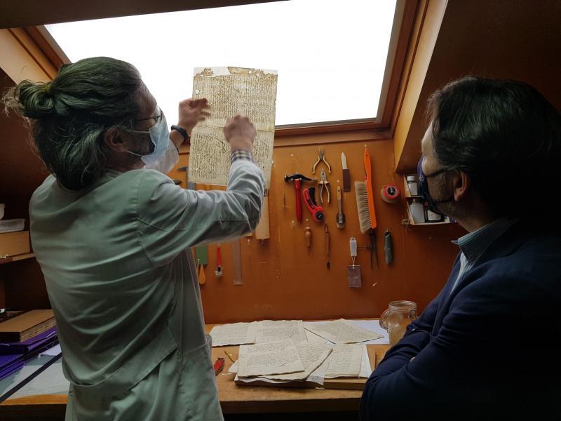 Miranda visita el Arquivo Diocesano de Santiago con el que colabora Emigración para facilitar información sobre familiares de los Gallegos del Exterior