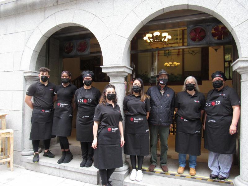 El restaurante del Centro Gallego de Santander ya está usando el material de restauración enviado por Emigración con el logo del Xacobeo 21-22