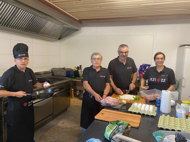 Os traballadores do Restaurante do Centro Español de Liechtenstein promocionan o Xacobeo 21-22 a través do seu material de traballo
