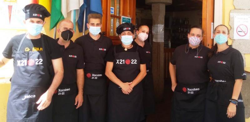 Os traballadores do Restaurante co que conta o Lar Gallego de Sevilla promocionan o Xacobeo 21-22 a través do seu material de traballo