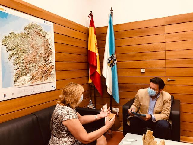 O secretario xeral da Emigración, Antonio Rodriguez Miranda recibe a Presidenta da Federación de Sociedades Gallegas del Uruguay