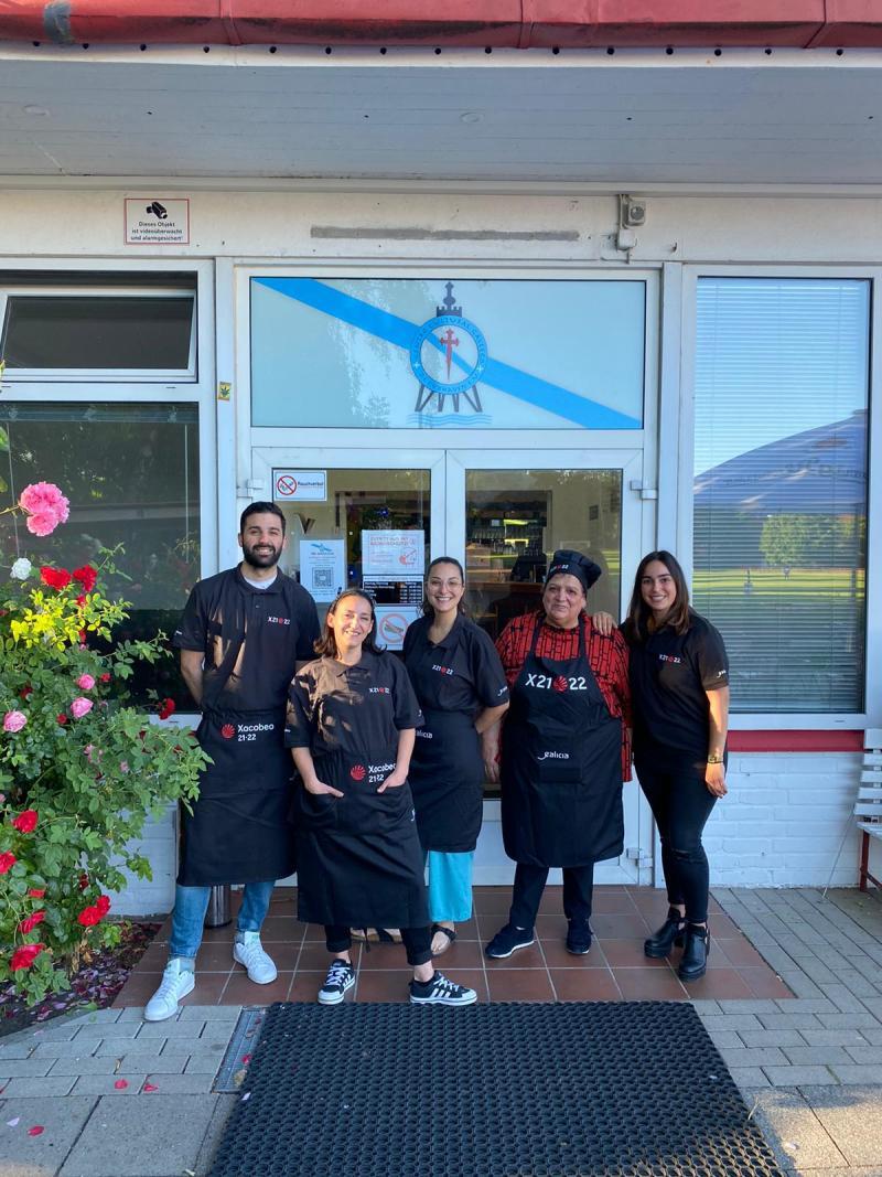 El Restaurante del Centro Cultural Gallego de Cuxhaven cuenta ya con el material para promocionar el Xacobeo 21-22 gracias a su indumentaria