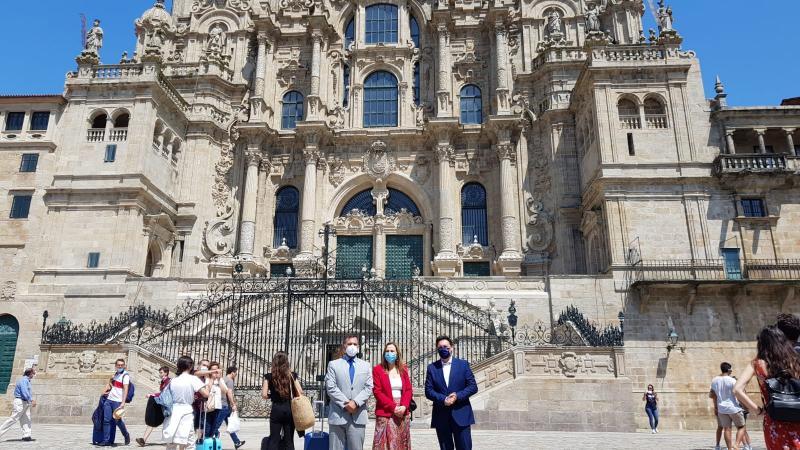 El secretario xeral da Emigración, Antonio Rodríguez Miranda, acompaña a la embajadora de la República Oriental de Uruguay, Ana Teresa Ayala Barrios, en su visita a Santiago de Compostela
