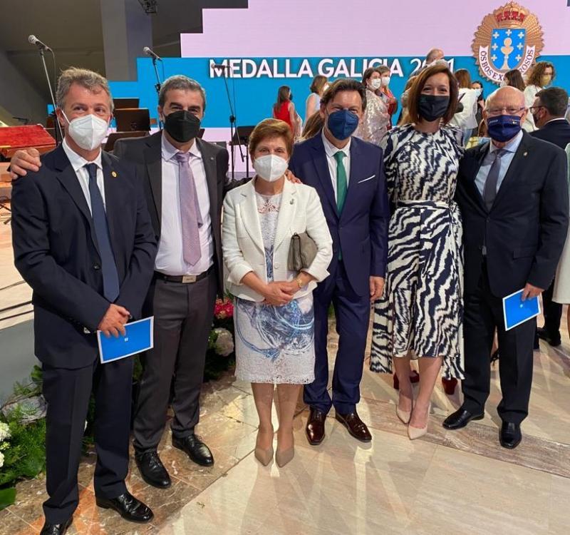 El secretario xeral da Emigración, con representantes de entidades gallegas del exterior durante la entrega de la Medalla de Oro de Galicia 2021