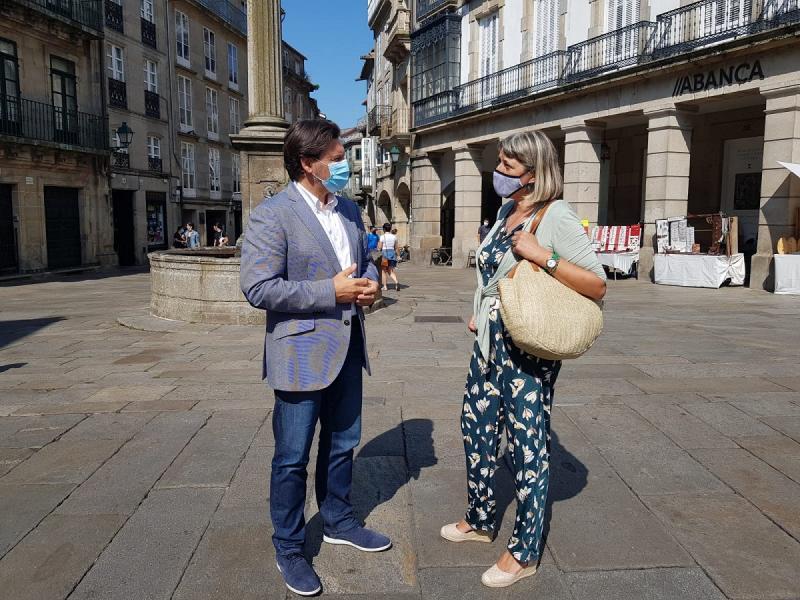 O secretario xeral da Emigración e a presidenta do Lar Galego de Pamplona, na Praza de Cervantes da capital galega