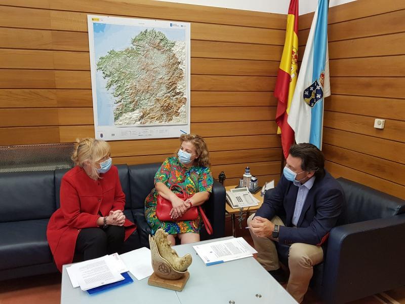 O secretario xeral da Emigración, a presidenta da Asociación Rioplatenses de Lugo e a cónsul da Arxentina en Galicia, durante a reunión