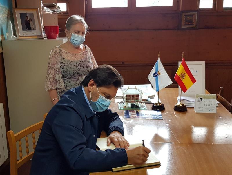 Imagen de la visita del secretario xeral da Emigración al Lar Gallego de Avilés