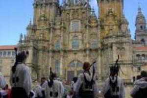Las gaitas, los trajes tradicionales y el canto gallego compusieron el escenario