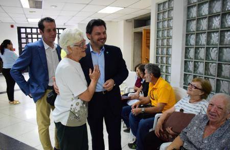 Miranda supervisa a xestión das axudas de emerxencia e de medicamentos na oficina de atención social da Hermandad Gallega de Venezuela
