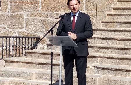 Miranda recuerda el papel fundamental que las y los emigrantes tuvieron en la educación de miles de niñas y niños de la Galicia territorial en el acto de nombramiento de la plaza del Emigrante de Dodro