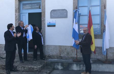 Miranda anima a las y los gallegos de la Galicia territorial a enorgullecerse del legado de la emigración durante el acto de reposición de la placa de la antigua escuela de Suarriba