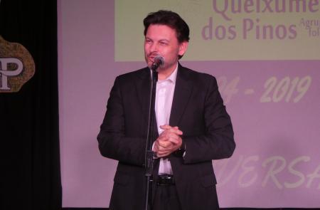 Miranda agradece la labor que realiza la asociación Queixumes dos Pinos en pro de la cultura gallega en la celebración de su 25 aniversario