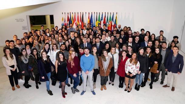 Máis de 420 mozas e mozos galegos residentes en catro dos cinco continentes solicitan unha das 150 Bolsas Excelencia Mocidade Exterior, que vén de pechar a súa terceira convocatoria