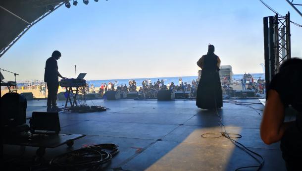 Las gaitas de la Asociación Centro Galego e Casas de Galicia de Barcelona e Provincia acompañan el estreno de un tema inédito de BFlecha en el Primavera Sound