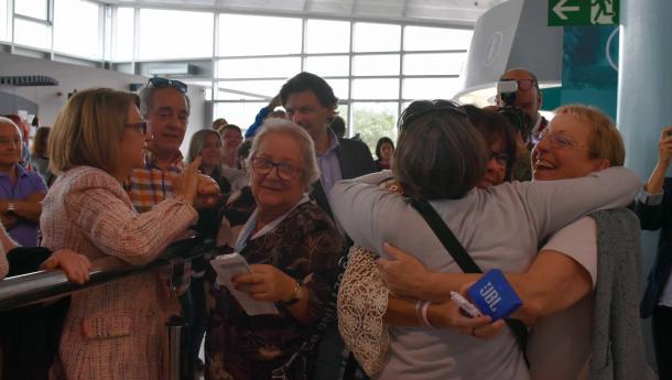 """Miranda recibe no aeroporto de Vigo ás e aos case medio cento de beneficiarios de """"Reencontros na Casa"""" procedentes de Venezuela"""
