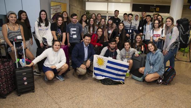"""Miranda recibe a los 30 primeros jóvenes gallegos del exterior que aterrizaron en Alvedro procedentes del Uruguay para participar en el """"Conecta con Galicia"""""""