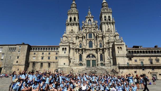 Miranda acompaña a las y los primeros 130 jóvenes beneficiarios del programa Conecta con Galicia en el último tramo del Camino de Santiago