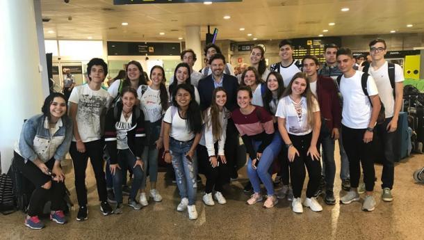 Miranda dá a benvida os 22 mozos e mozas de Venezuela que participarán na segunda quenda de 'Conecta con Galicia' no aeroporto da Coruña