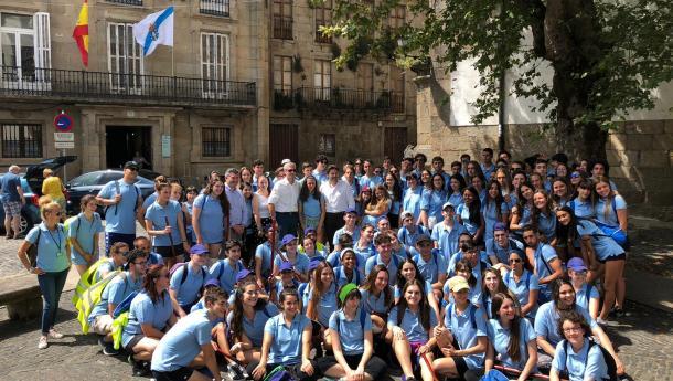 Mozos e mozas da Galicia exterior percorren o último tramo do Camiño de Santiago