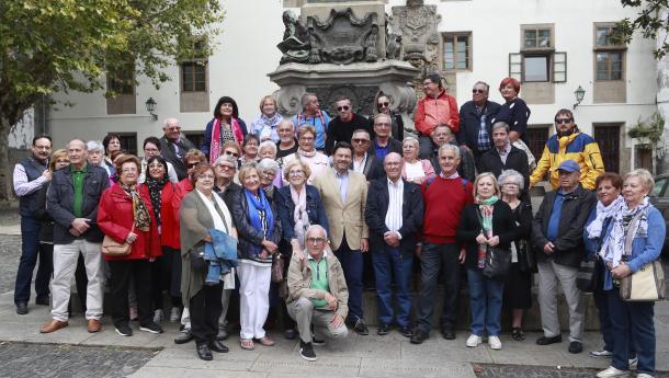 O secretario xeral da Emigración recibe na Praza de Mazarelos a un grupo de máis de medio cento de socios desta entidade galega
