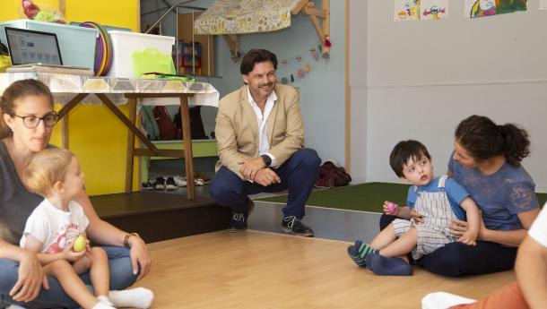 El secretario general de la Emigración comparte una de las clases de aprendizaje musical de bebés impartida por Rubén Someso Gómez, de vuelta en Galicia tras varios años en Holanda y Reino Unido